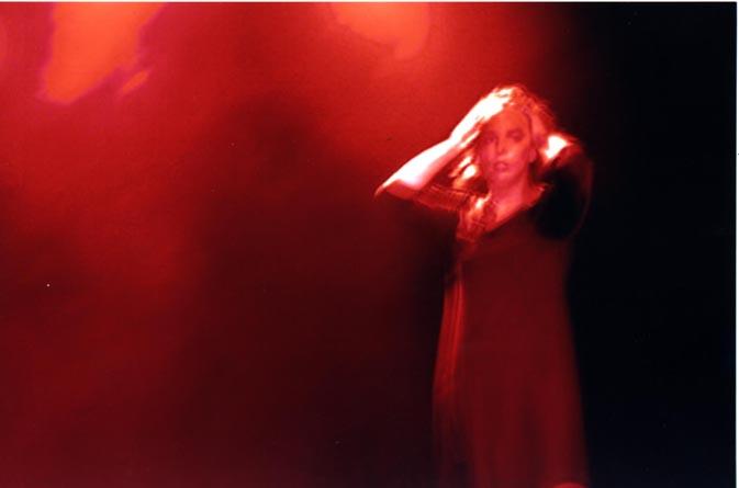 """ג'וזפין אליסון רוקדת """"אלימות מגדרית"""" באירוע גאווה סטוקהולם 2004"""
