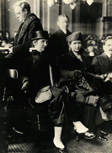 """מרגרט סנגר ואתל בירן בבית המשפט הפדרלי ב-1916, לאחר שהמשטרה פשטה על הקליניקה לאמצעי מניעה שפתחו, הראשון מסוגו בארה""""ב"""