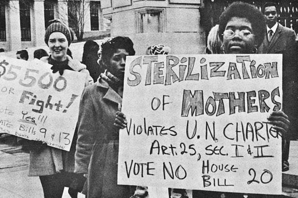 נשים אפרו-אמריקאיות מפגינות נגד עיקור כפוי